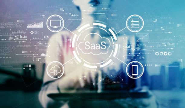 SaaS - Software als Servicekonzept mit Geschäftsfrau mit Tablet – Foto