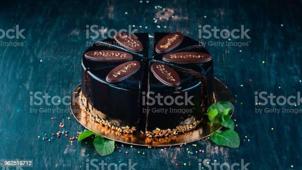 Foto de Bolo De Chocolate De Sacher Sobre Um Fundo De Madeira Vista Superior Copie O Espaço e mais fotos de stock de Antigo