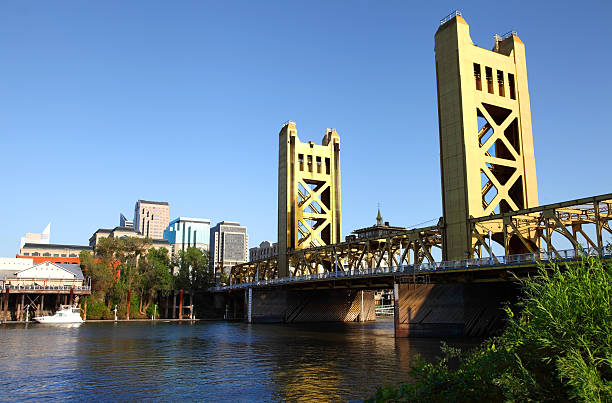 Sacramento Skyline and the Tower Bridge Sacramento, California skyline along the banks of the Sacramento River. The Tower Bridge links West Sacramento in Yolo County to the west. Sacramento is the capital city of the U.S. state of California tower bridge stock pictures, royalty-free photos & images