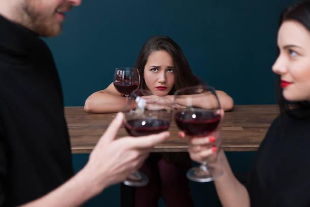 Traurig allein weiblichen in bar. Eifersucht-Hintergrund – Foto