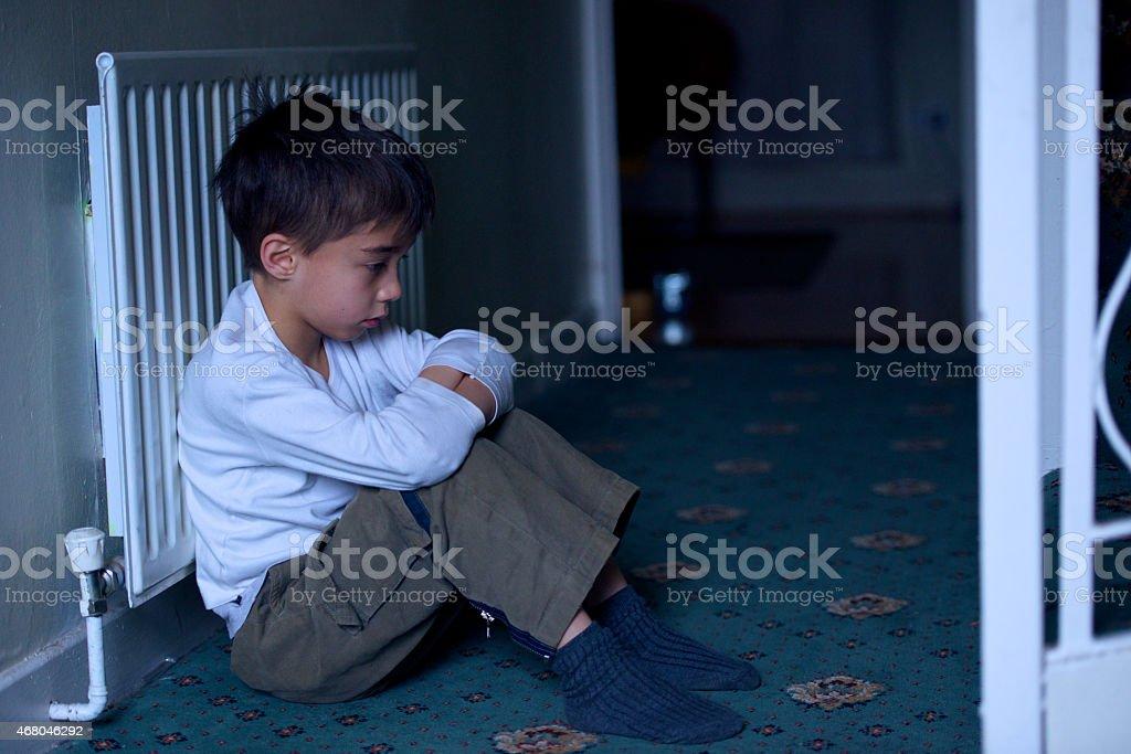 Traurig und dejected Kind sitzt auf dem Boden verlassenen – Foto
