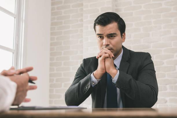 Traurig und verzweifelt Geschäftsmann mit Hand am Kinn – Foto