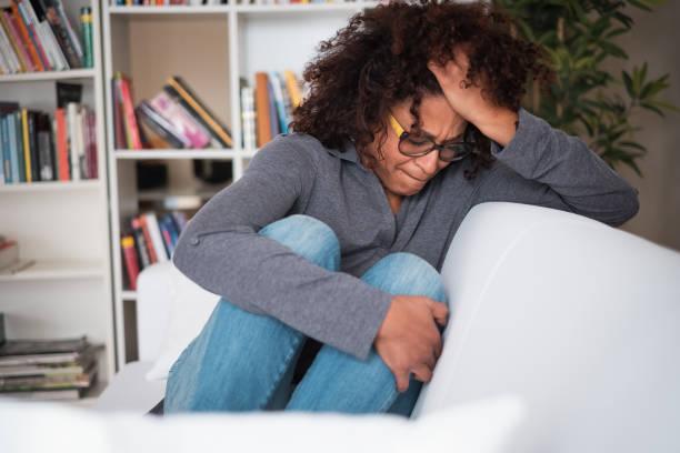 Traurige und verzweifelte Mädchen Gefühl allein nach Beziehung Trennung – Foto