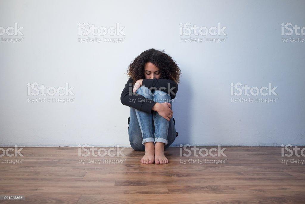 Traurig und einsam schwarzes Mädchen Gefühl allein – Foto