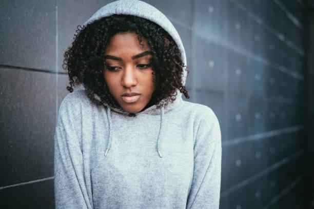 triste y solitario adolescente retrato en la calle de la ciudad - chica adolescente fotografías e imágenes de stock