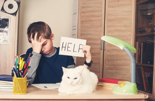 Traurig und müde Pre Teen Schüler sitzen im stress – Foto