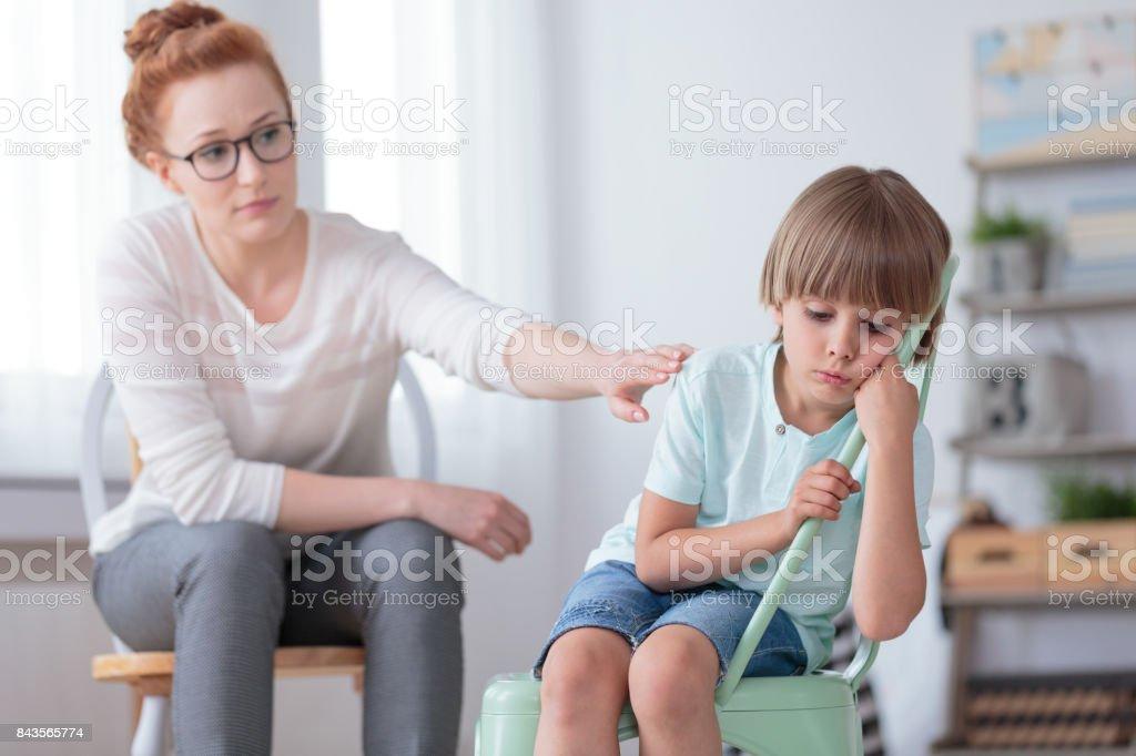 悲しい自閉症の少年と心理療法 ストックフォト