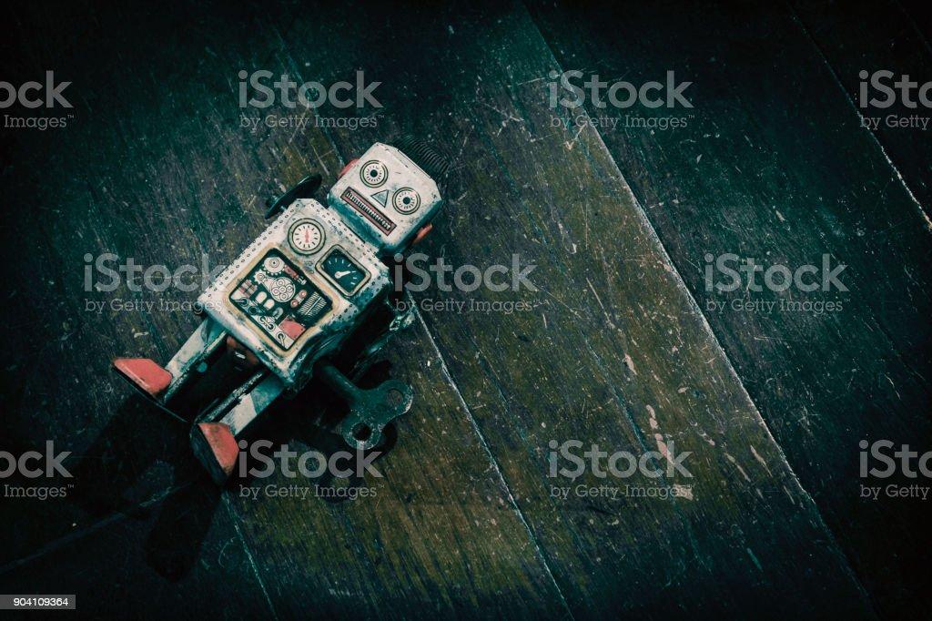 triste beat up antiguo retro robot sobre un suelo de madera - Foto de stock de Abandonado libre de derechos