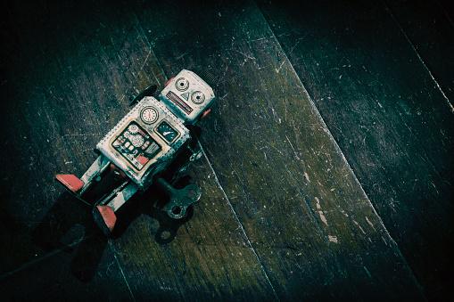 Triste Beat Up Antiguo Retro Robot Sobre Un Suelo De Madera Foto de stock y más banco de imágenes de Abandonado