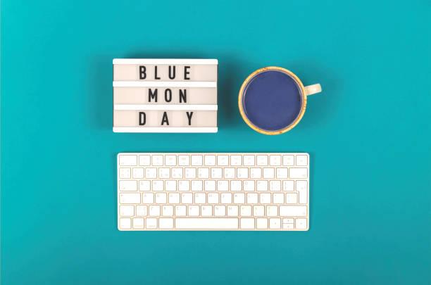 triste scritta del lunedì blu sul posto di lavoro blu - blue monday foto e immagini stock