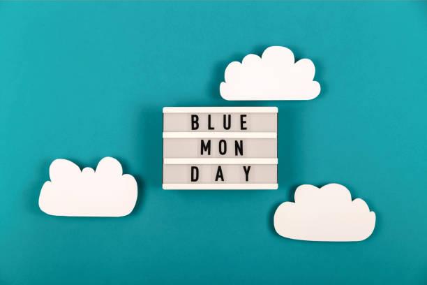 triste scritta del lunedì blu con nuvole intorno - blue monday foto e immagini stock