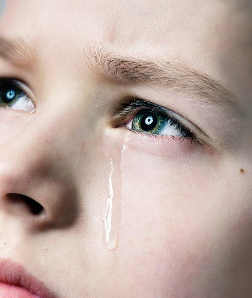 traurige junge - träne stock-fotos und bilder
