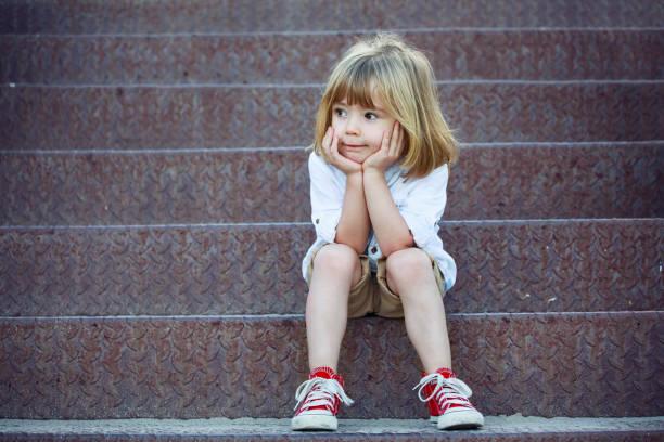Trauriger Junge sitzt auf Treppe – Foto