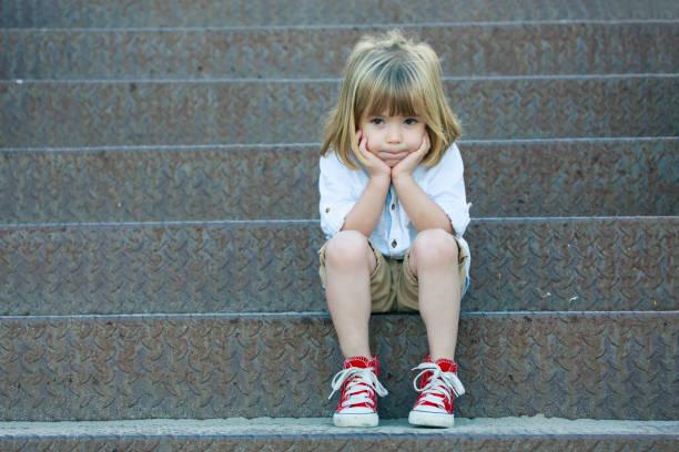 Traurige junge sitzt auf der Treppe – Foto