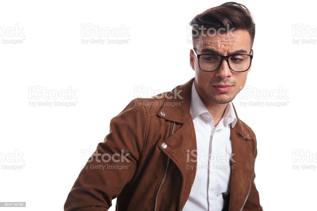 Triste Hombre Casual En Chaqueta De Cuero Y Gafas Foto de