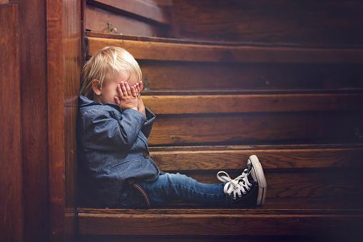 Niño Triste Sentado En Una Escalera En Una Casa Grande Concepto Para El Acoso Escolar Depresión Foto de stock y más banco de imágenes de Abandonado