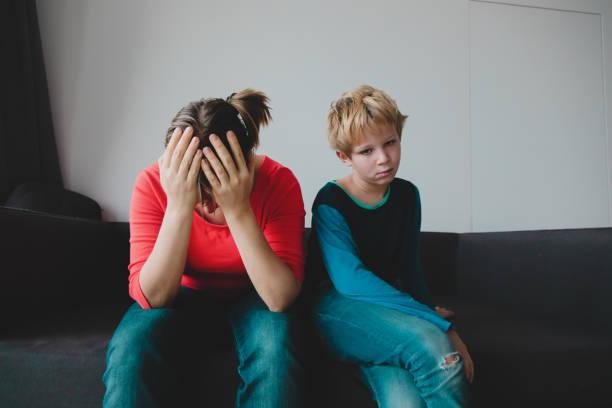 trauriges Kind mit gestresster Mutter, Familie in Schwierigkeiten – Foto