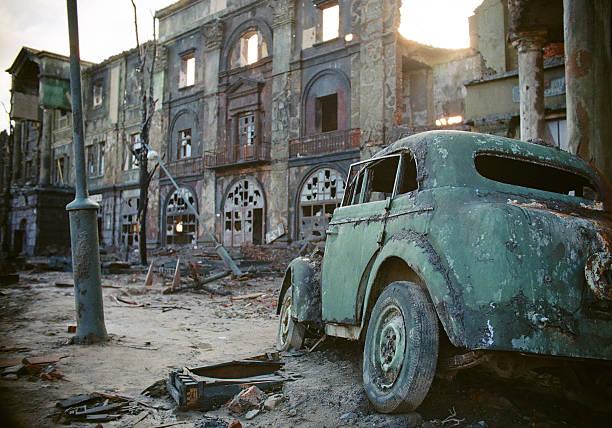 печальный последствия войны - город призрак стоковые фото и изображения