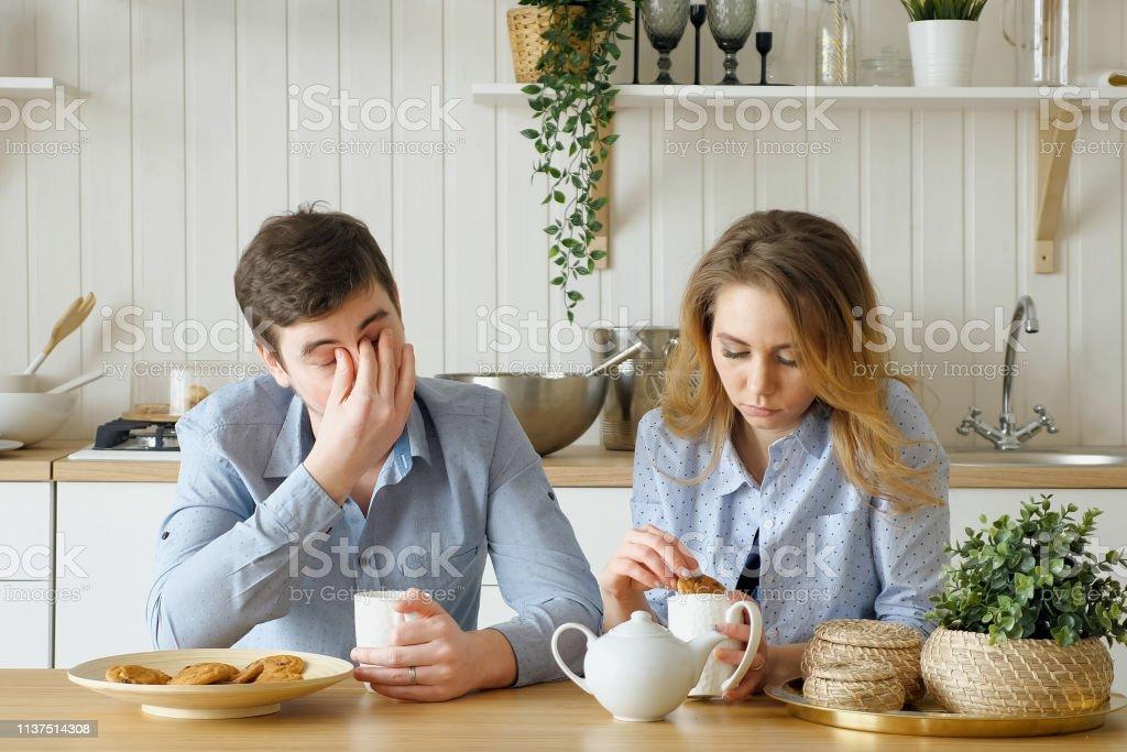 Trauriges Ehepaar Kerl frühstücken beim Trinken von Tee still – Foto