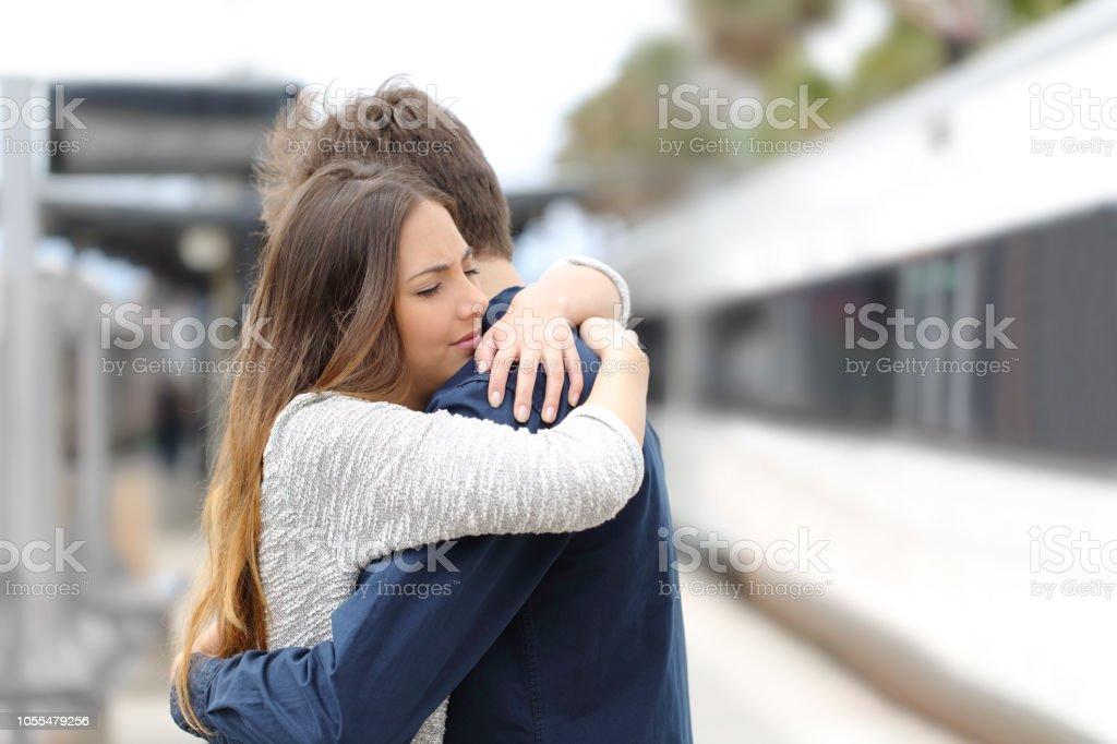 Pareja triste decir adiós antes de viajar - foto de stock