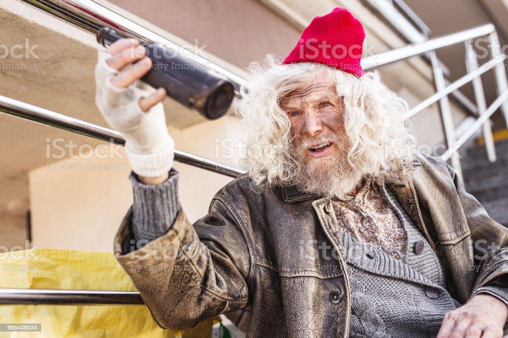 Triste homme ivre tenant une bouteille - Photo de Adulte libre de droits