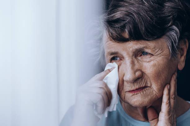 femme âgée triste, essuyant les larmes - veuve photos et images de collection