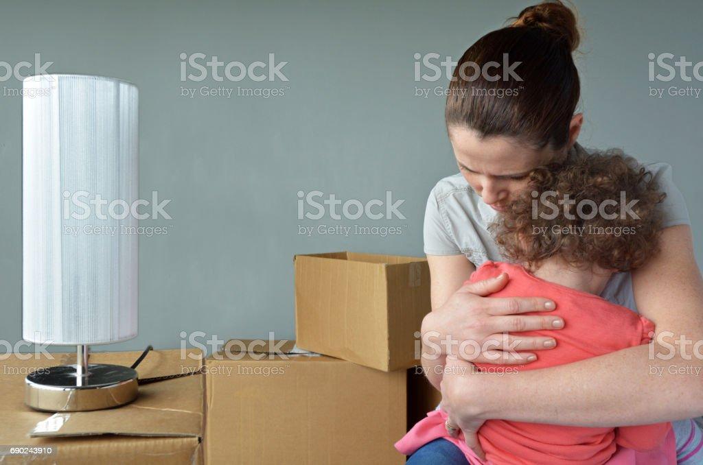 Sad expulsées mère avec enfant inquiet de déménager la maison - Photo