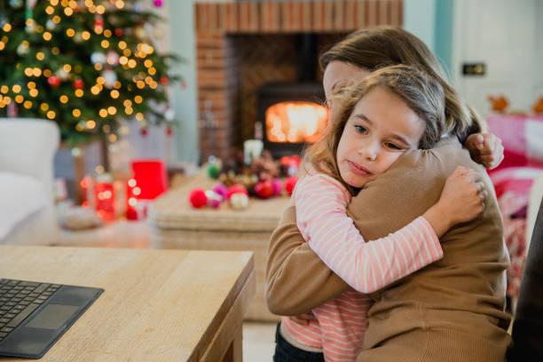trauriges mädchen zu weihnachten - weihnachten 7 jährige stock-fotos und bilder