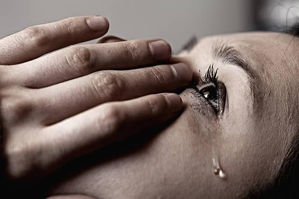 traurige mädchen - träne stock-fotos und bilder