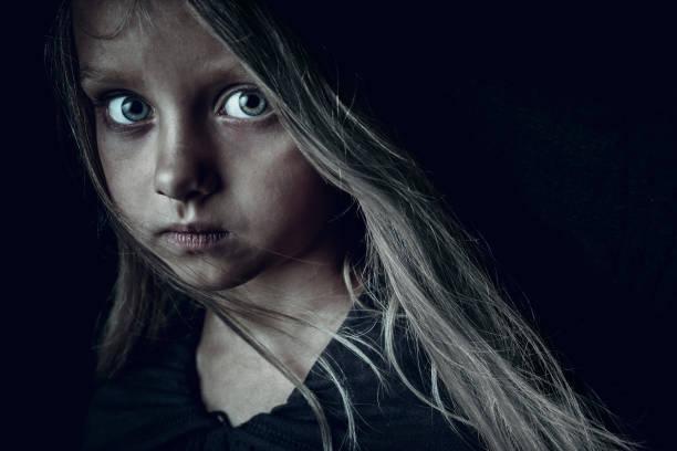 menina triste - sem teto - fotografias e filmes do acervo