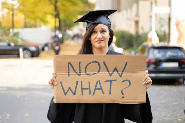 Traurige Absolvent Student stehen mit jetzt Was Plakat – Foto