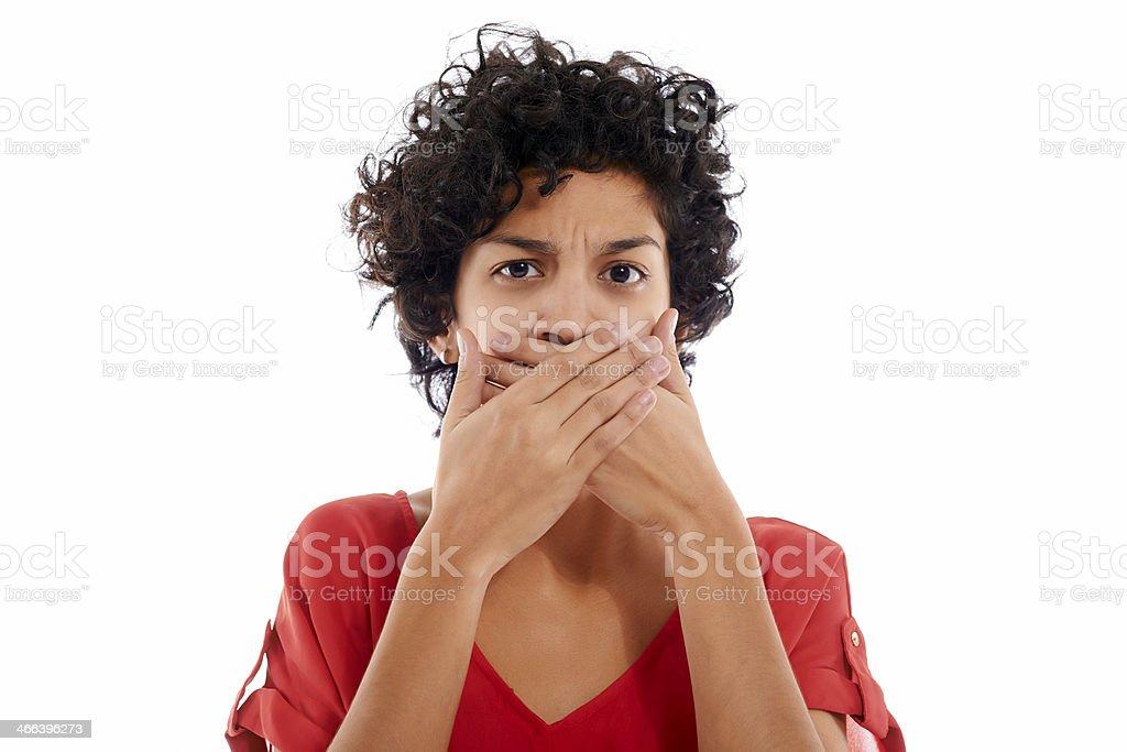 Hispana triste mujer con las manos en la boca - foto de stock