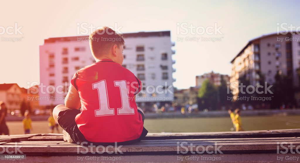 Traurige kleine Basketball-Spieler sitzen auf einer Bank – Foto