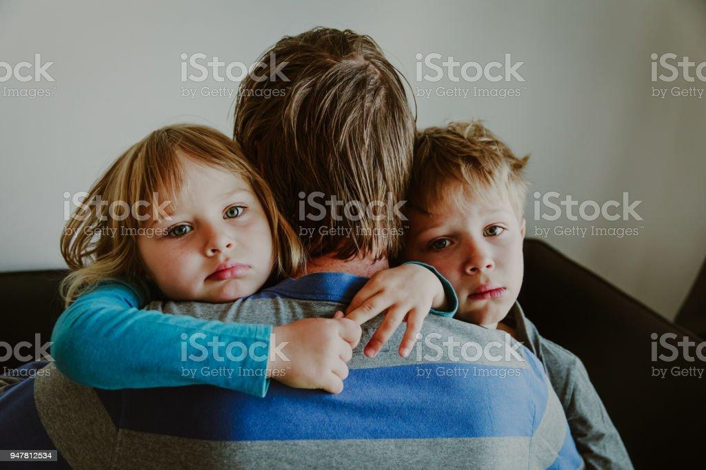男の子と女の子がハグの父、悲しみの家族が悲しい ストックフォト