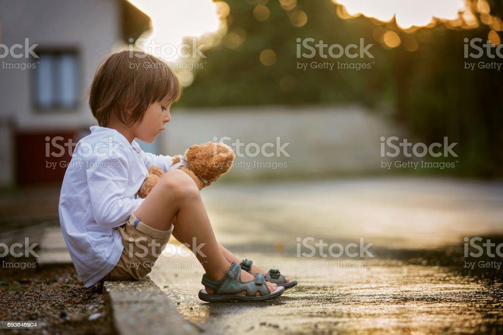 Triste Niño Sentado En La Calle Bajo La Lluvia Abrazando A Su Osito