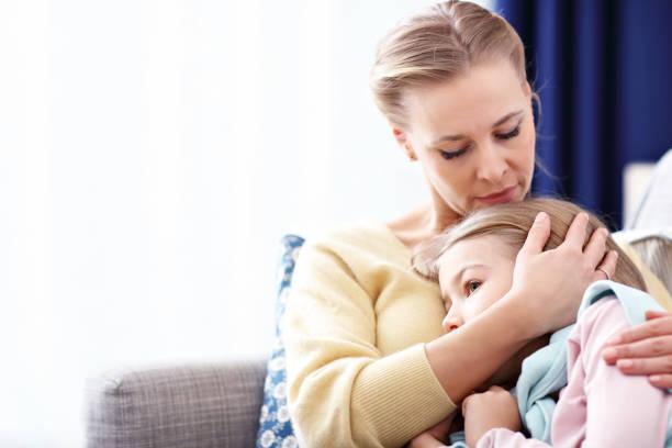 Trauriges kleines Mädchen und ihre Mutter zu Hause – Foto