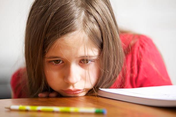 sad little girl - alleen één meisje stockfoto's en -beelden