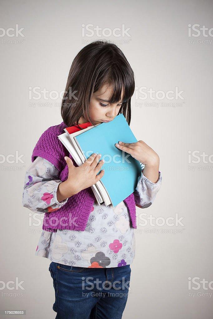 Trauriges kleines Mädchen mit Ihrem neuen school Bücher – Foto