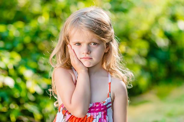 Trauriges kleines Mädchen mit langen blonden Haaren leiden Zahnschmerz – Foto