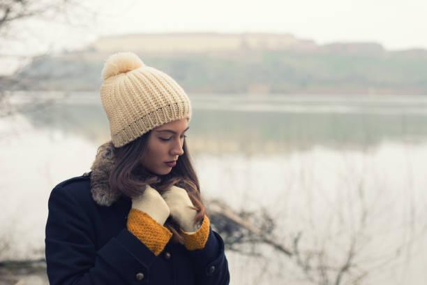 traurig einsam frau outdoor im winter - winterjacke lang damen stock-fotos und bilder