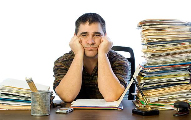 Trauriger Mann am Schreibtisch – Foto