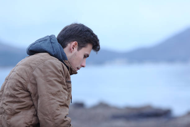 sad man in winter on the beach complaining - uomo nostalgia foto e immagini stock