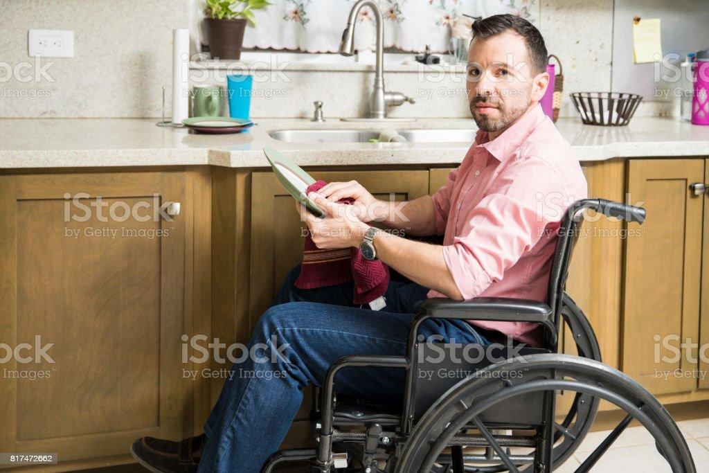 Trauriger Mann Im Rollstuhl Beim Abwasch Stock-Fotografie und mehr ...