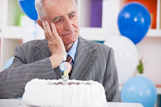 trauriger alter mann vergessen haben, wie alt ist - geburtstag vergessen stock-fotos und bilder