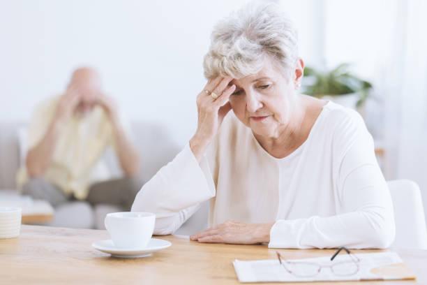 triest senior vrouw na ruzie - dementia stockfoto's en -beelden