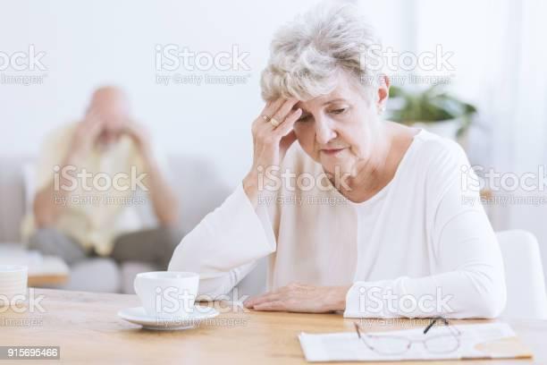 喧嘩後悲しい年配の女性 - アルツハイマー病のストックフォトや画像を多数ご用意