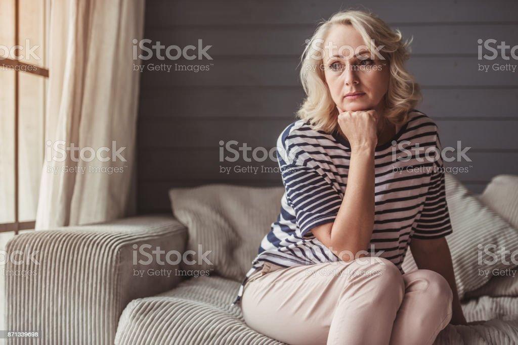 Triste mulher sênior - foto de acervo