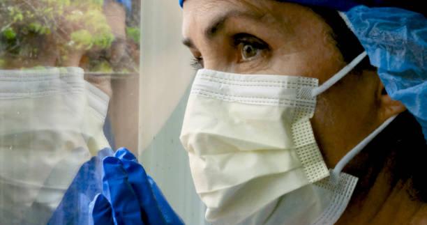 traurig, krank, überlastet, weibliche gesundheitshelferin - italienischer abstammung stock-fotos und bilder