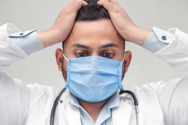 Trauriger, kranker, überlasteter, männlicher Gesundheitshelfer – Foto