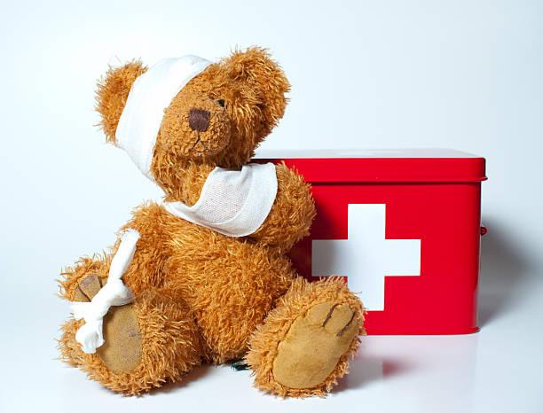 triste teddybear - primeros auxilios fotografías e imágenes de stock